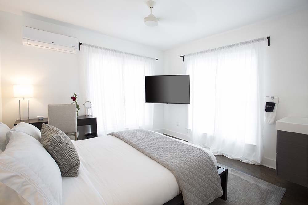 Room with bed, TV and desk
