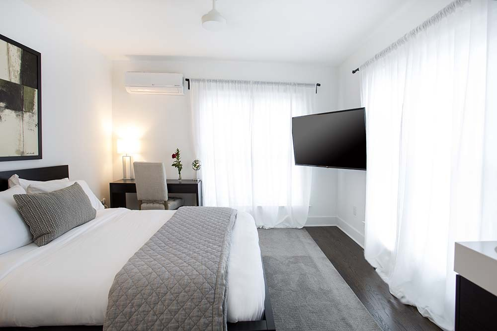 Bedroom with TV, Bed and desk